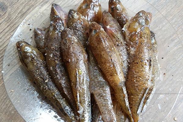 Cá bống để thật ráo nước rồi ướp gia vị