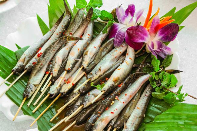 Cá phơi ngoài nắng rồi tiến hành ướp cá, nướng cá