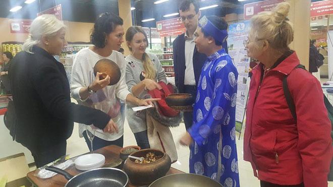 Món ăn cá kho Bá Kiến được đưa đến với người ẩm thực Nga