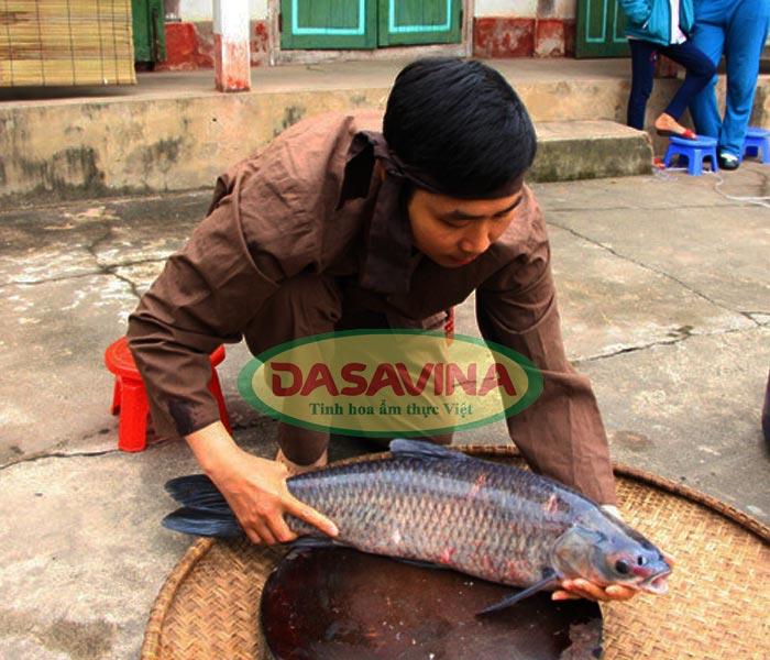 Dasavina chỉ sử dụng cá trắm đen nuôi bằng ốc để kho cá